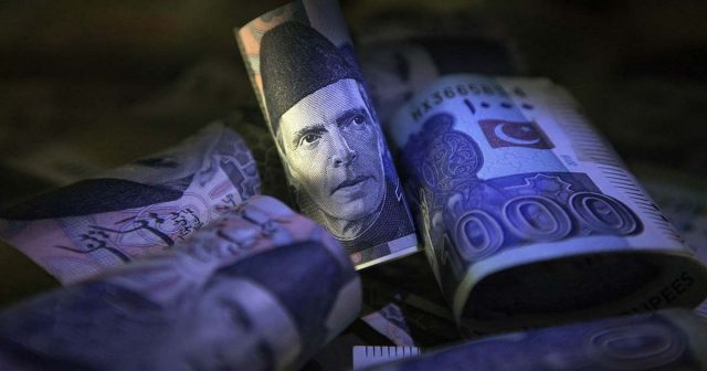 Pakistani rupee plunges to Rs153 against USA dollar