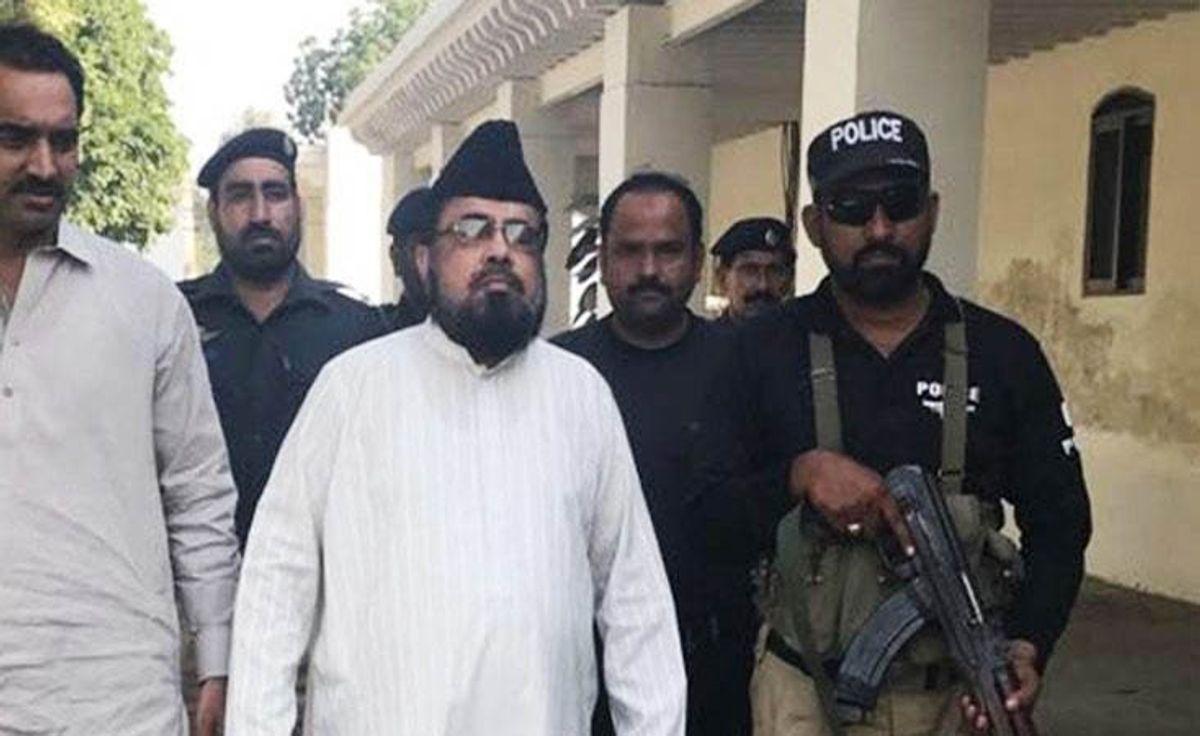 Mufti Abdul Qavi embroiled in controversy, again - Life
